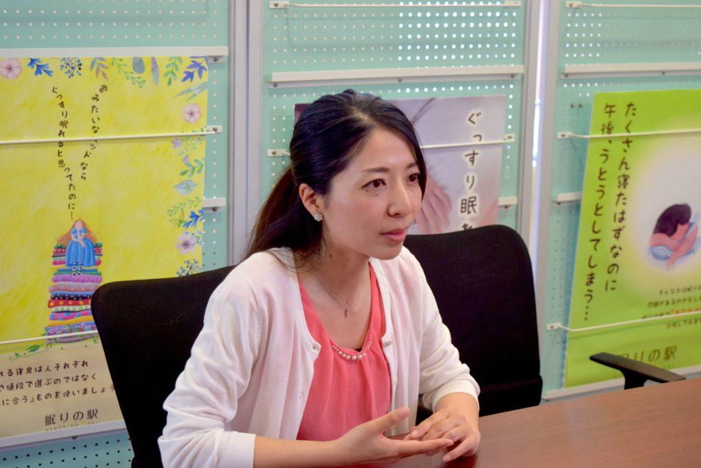 インタビュー中の新垣さん